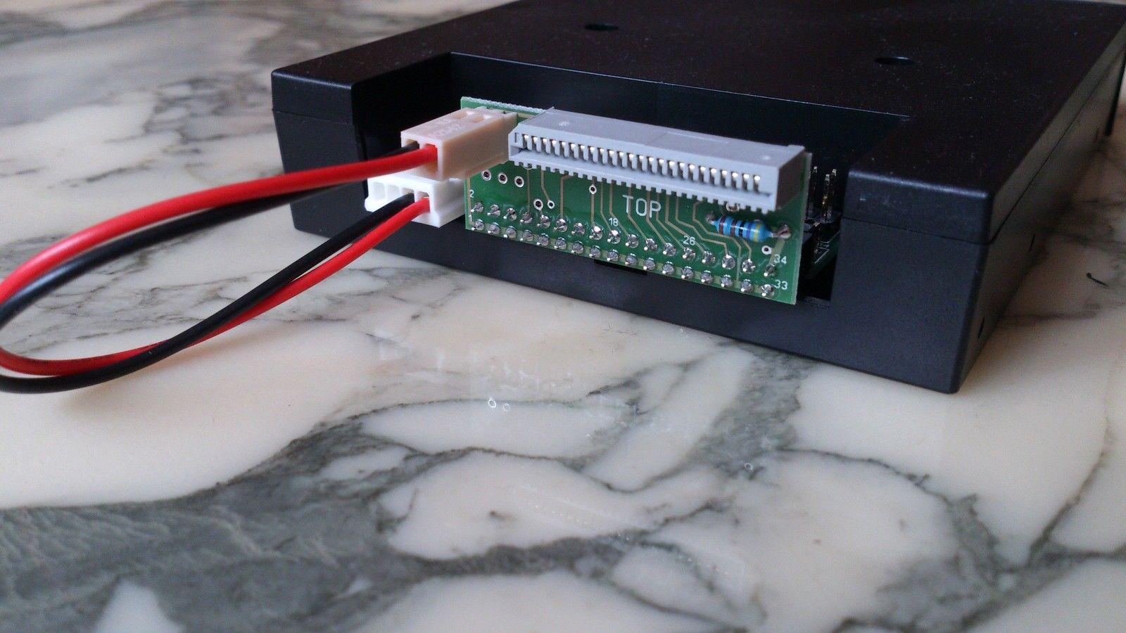 Close-up van Technics KN2000 adapter aan een Gotek Drive gekoppeld